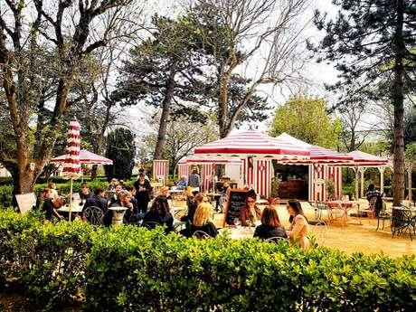 Salon de thé d'été à La Bonne Aventure au jardin Christian Dior