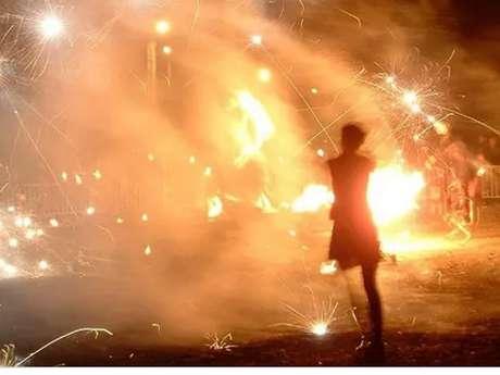 Déambulation et spectacle pyrotechnique de la Cie Akouma
