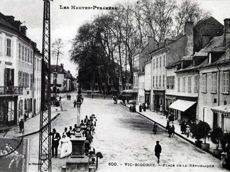 """Exposition de cartes postales anciennes """"Vic en 1900 """""""