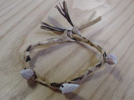 Atelier préhisto' « Bracelet en cuir et coquillages »