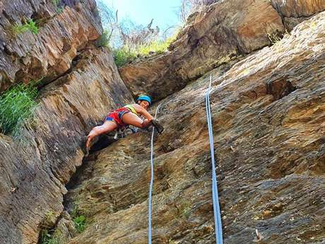 """Climbing & caving with the """"Shark'Aventures"""" instructors office"""