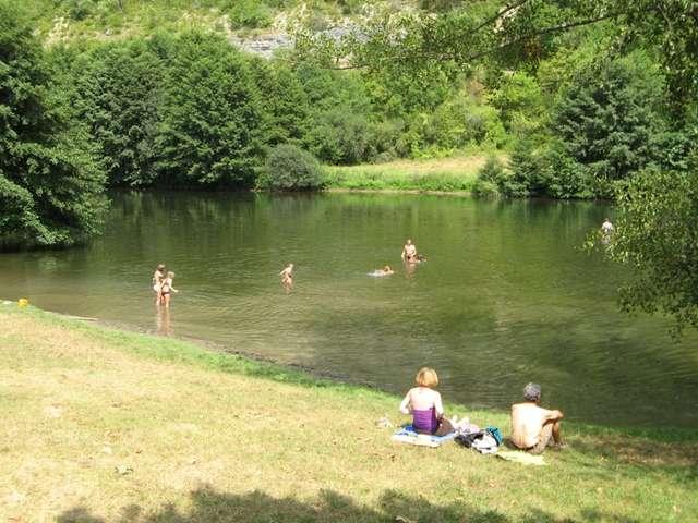 Baignade dans la rivière Célé à Marcilhac sur Célé