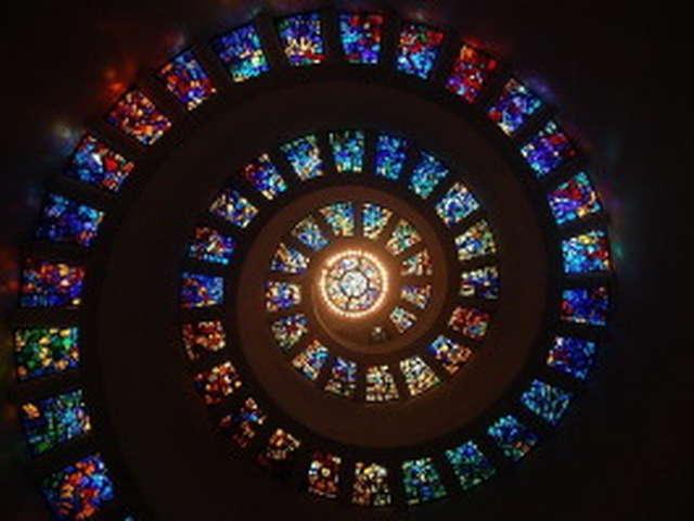 Pinceaux et ciseaux | De verre et de lumière: vitraux du Centre Bretagne