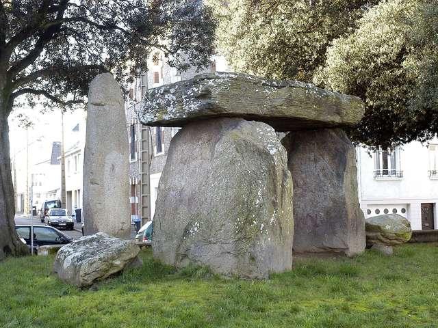 Visite guidée de 45 mn, en famille : « Un dolmen en ville » (réservation conseillée)