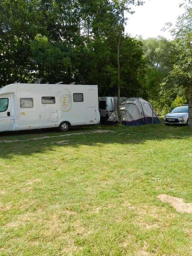 Aire camping-cars au camping du plan d'eau de La Varenne - Moree