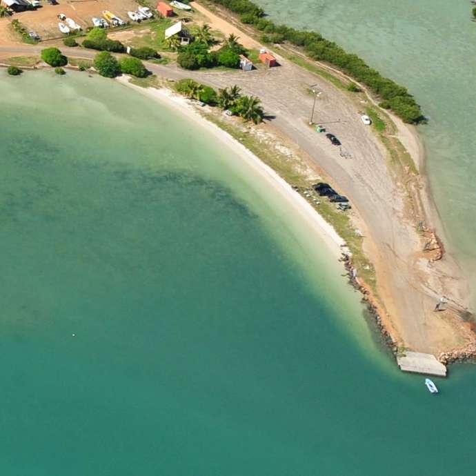 Plage Est du Wharf de Ouano (au Nord de presq. Î. Ouano)