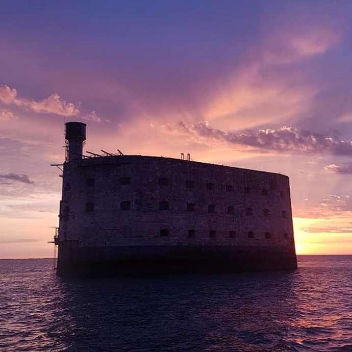 Escapade sur Fort Boyard au soleil couchant - La Rochelle Croisières